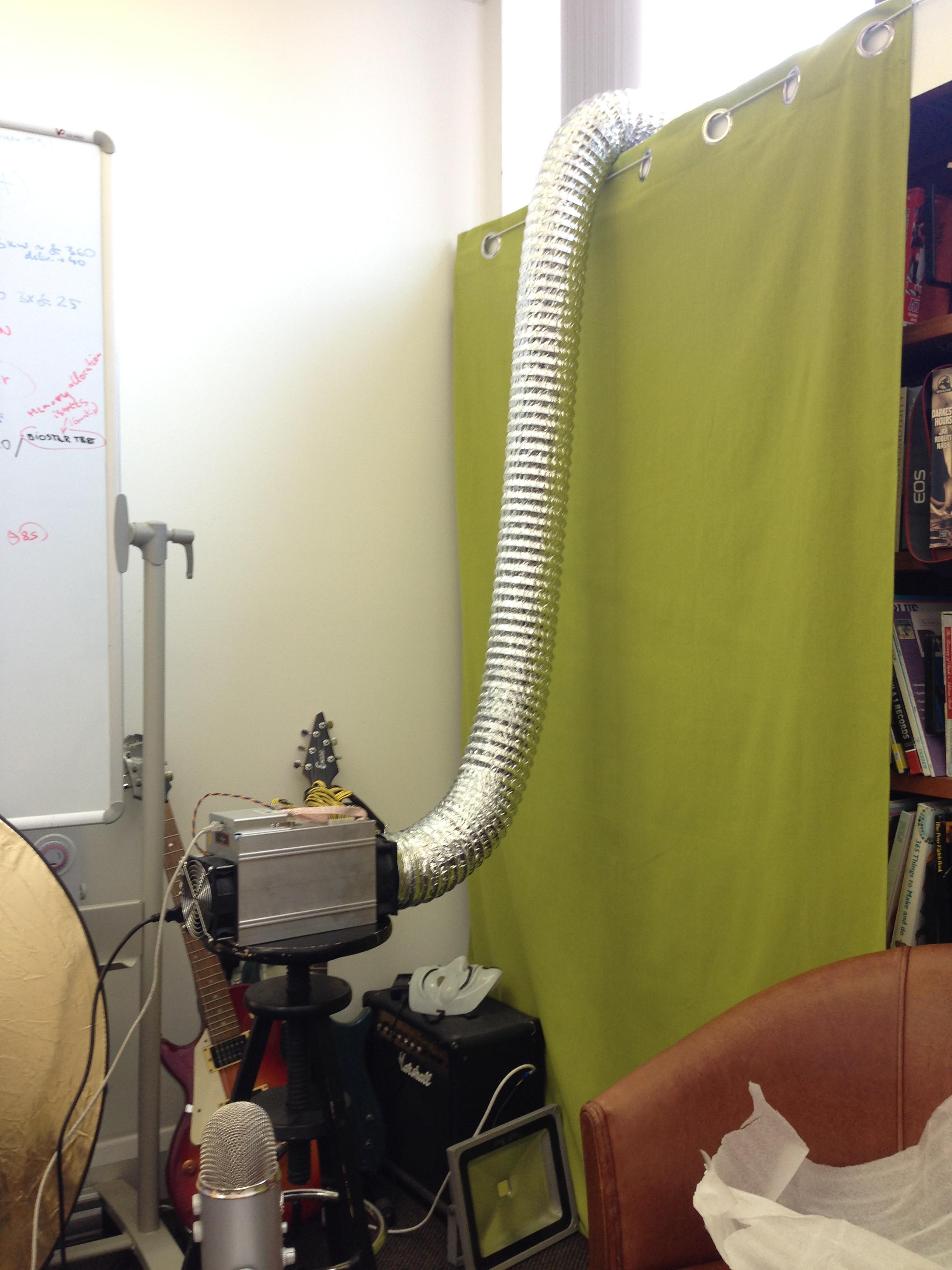 un kopā maineris ar tam uzlikto gaisa izpūtes trubu izskatās šādi