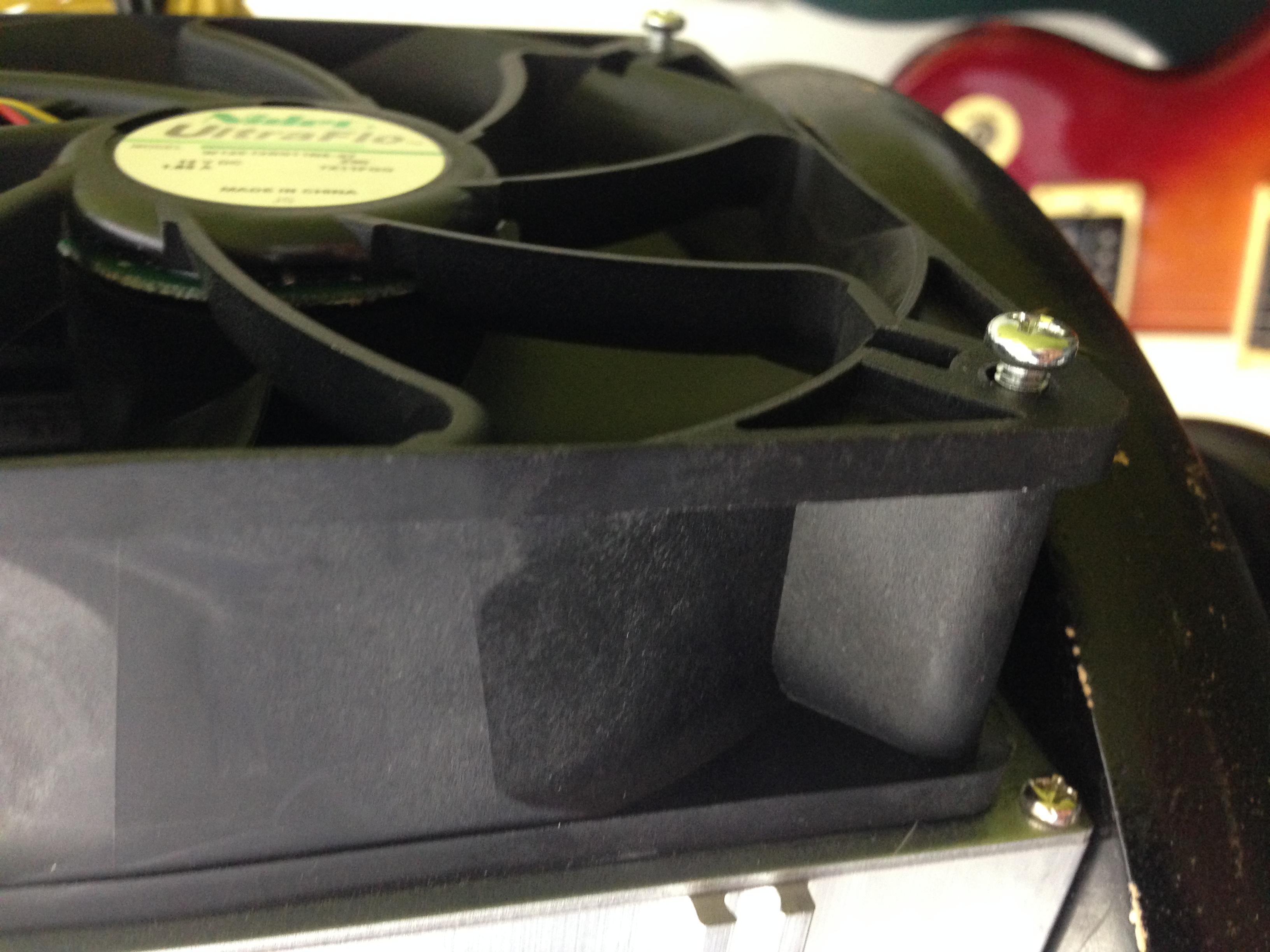 skrūves ir ļoti īsas, ar kurām ventilators piestiprināts pie mainera